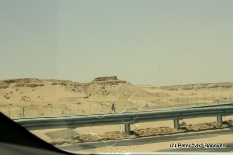 Pieskovcové skaly vedľa diaľnice
