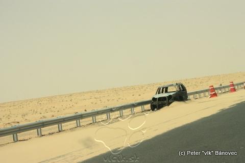 Cesta bola lemovaná vrakmi áut - už sme si zvykli