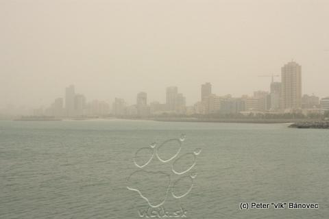 Kuwait city sa topí v oblakoch prachu