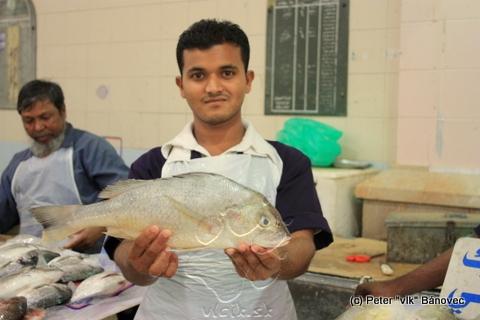 Predavač ponúka čerstvú rybu, každý sa chváli unikátnymi kúskami