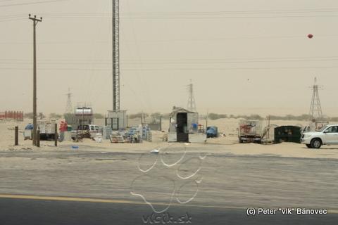 Predajcovia pred vstupom do púšte