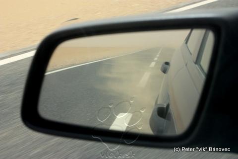 Zvírený piesok a prach za našim autom