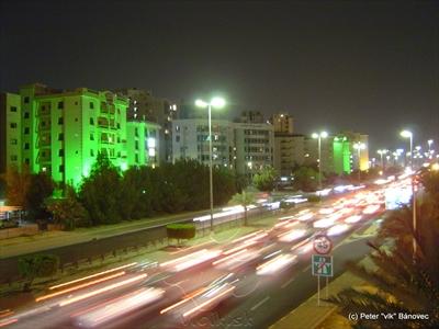Kuvajt je aj krajinou s obrovskou automobilizáciou - auto je tu za babku a benzín sám tečie do nádrže