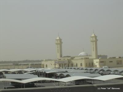 Mešita s obrovským parkoviskom v jej tesnej blízkosti