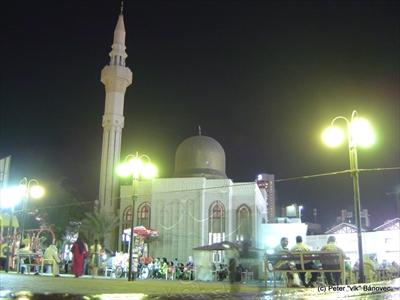 Mešita v centre mesta - pri obrovskom trhovisku
