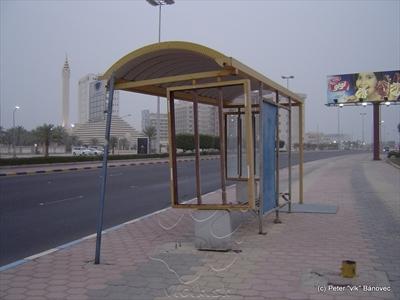 Typická autobusová zastávka v Kuwait city