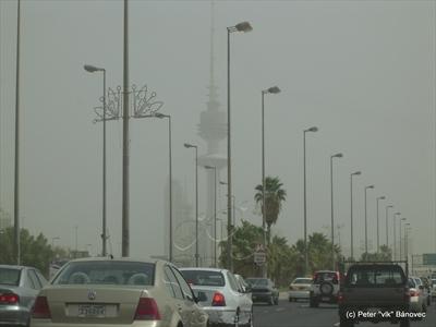 Kuvajtská dominanta LIBERTY TOWER v oblakoch prachu
