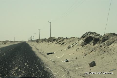 Smetisko na púšti povedľa ciest