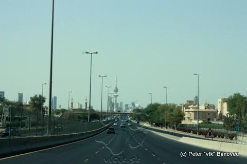 Diaľnica do Kuwait city - v pozadí Liberty tower