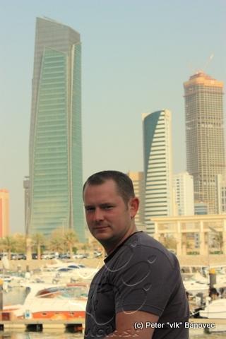 Richard pred pozadím z mrakodrapov