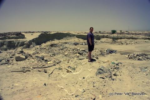 Jama na odpad - v púšti je veľa odpadu