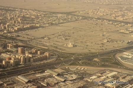 Záber na časť Kuvajtu, kde sa nachádza hotel Crown Plaza (v ľavom rohu veľkej diaľničnej križovatky)