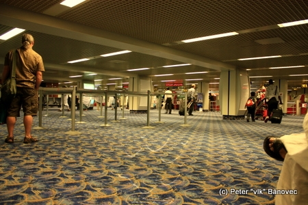 Hala colného vybavenia letiska kráľovstva Bahrain - tu sme boli priam ako doma