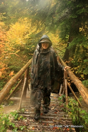 Zuzka na mostíku v rezervácii Udava