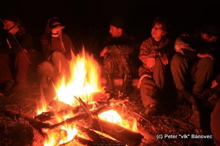 Diskusie okolo ohňa