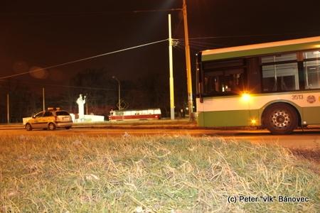 autobus predčasne ukončenej linky 12 na obratisku v Barci, v pozadí električka na linke 4, ktorej premávka nebola blokádou postihnutá