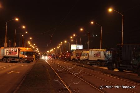 Zablokovaná Južná trieda, po električkovej trati sa premávali okrem električiek aj autobusy (DPMK aj EUROBUSu), policajné či dispečerské vozidlá
