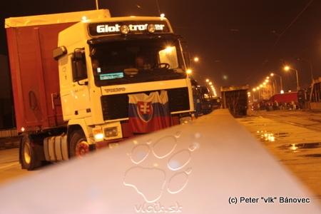 stojace vozidlá blokovali cestu po celej šírke, mnohí ľudia prišli vyjadriť podporu protestujúcim, kolovala aj petícia
