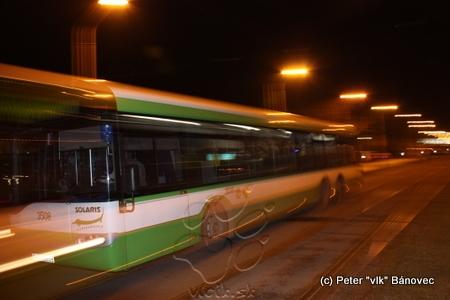 Autobus na linke 12 do Šebastoviec obchádzajúci blokádu po električkovej trati