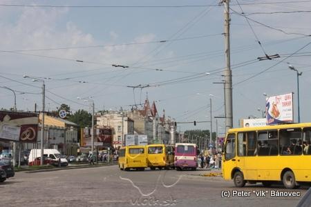 centrum mesta upchaté automobilmi a maršrutkami...