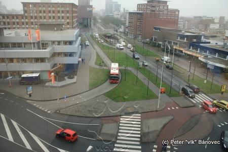 Pohľad z okna budovy regiónu Twente – je vidieť autobus používajúci vyhradený pruh, cyklistické cesty aj cez kruhový objazd a obmedzovanú individuálnu dopravu