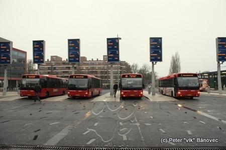 Autobusová stanica v Enschede, displeje zobrazujú odchody najbližších dvoch autobusových spojov