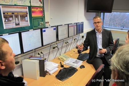 Patrick Zoontjes, senior transport manager regiónu Twente a obyvateľ mesta Almelo vysvetľuje funkcie a možnosti dopravného kontrolného centra, umiestneného v mestskom úrade Almelo