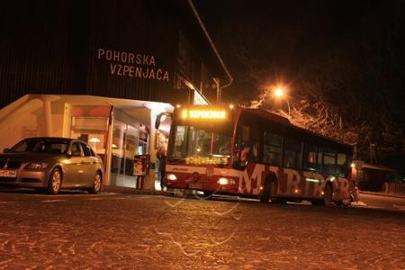autobus na konečnej pod stanicou lanovky