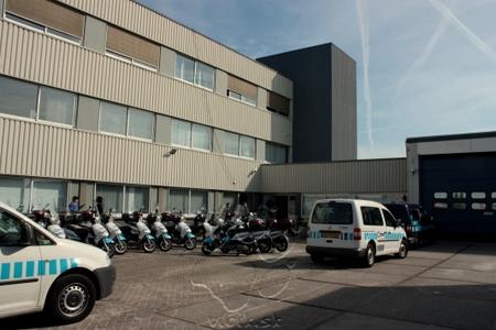 dvor parkovacej spoločnosti CITION s vozidlami a skútrami určenými na kontrolu parkujúcich vozidiel