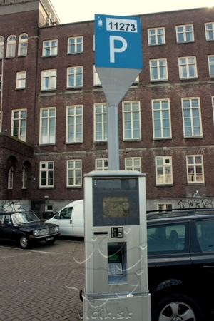 parkovací automat s dotykovou obrazovkou (zadáva sa EČV) a bezhotovostným platobným stykom