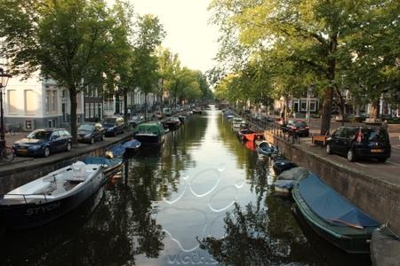 Amsterdamský kanál... a všimnite si aj parkovanie okolo neho...