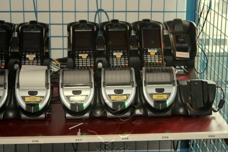 PDA na kontrolu vozidiel s externými tlačiarňami na tlač pokút pripravené do služby