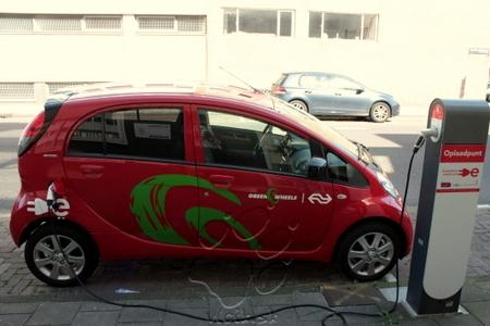 Amsterdam podporuje ekologickú dopravu - elektromobily parkujú zadarmo a majú veľkú sieť nabíjacích staníc k dispozícii