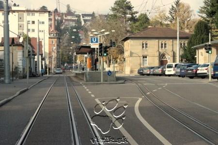 Ľahká železnica v meste je jasne poznateľná veľkou výškou nástupnej hrany od temena koľajnice