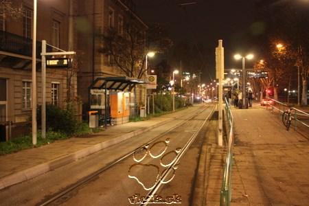 Spoločná zastávka - napravo na perón vystupujú cestujúci z mestskej železnice, zaľavo cestujúci z autobusu