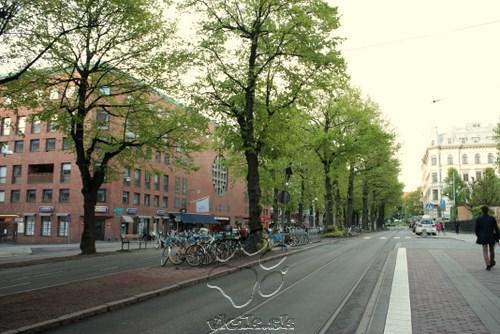 ulica v Gothenburgu - stredný pás je vyhradený cyklistom a peším spolu s cyklostojanom
