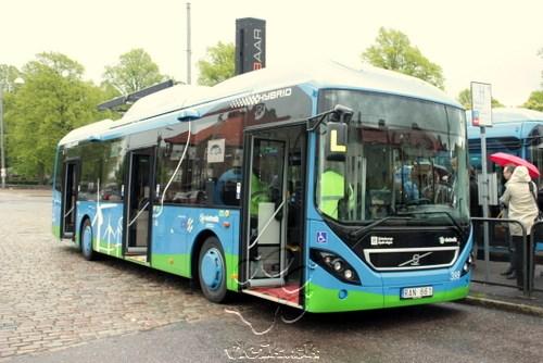 prototyp plug-in hybrid autobusu sa dobíja na konečnej stanici prostredníctvom špeciálnej rampy a dvoch pantografov