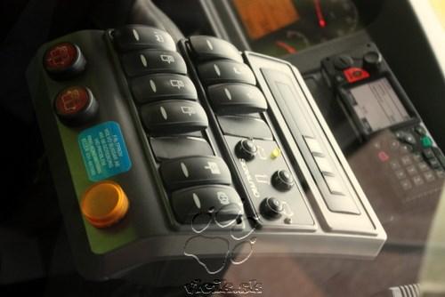 panel v autobuse s tromi tlačítkami pre preferenciu v križovatkách - vodič posiela križovatke požiadavku ktorým smerom chce pokračovať