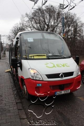 EVC First Electric čaká na cestujúcich na zastávke Vozovňa Hroboňova