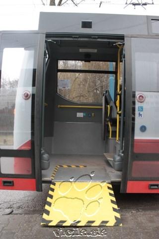 manuálna výklopná plošina umožňuje nástup vozíčkarom aj kočíkom