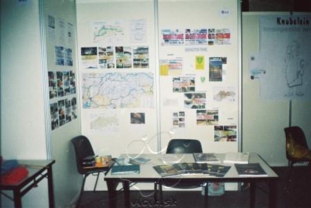"""stánok projektu """"Diaľničný tunel"""" na výstave ESE 2000 v Charleroi, BE"""
